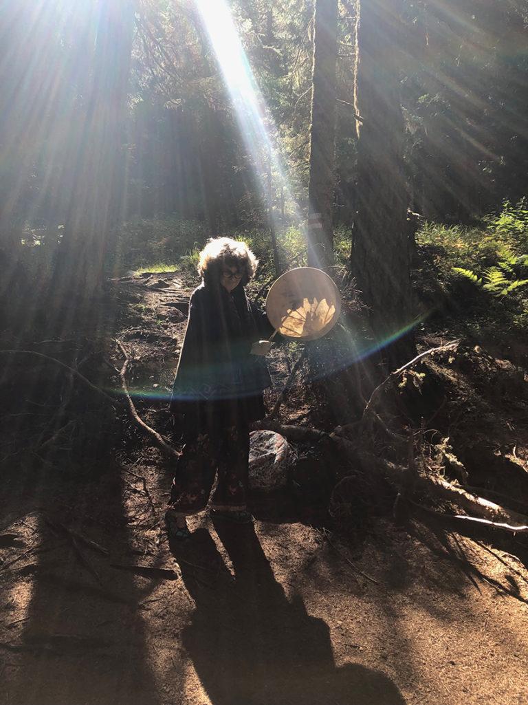 Cercle de tambour chamanique en forêt