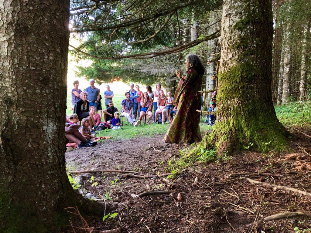 Nasma Al Amir racontant un conte en forêt